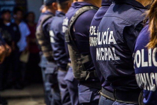 Řada policajtů