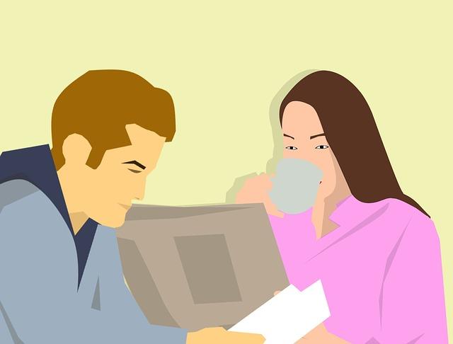 žena a muž při čtení novin a knihy